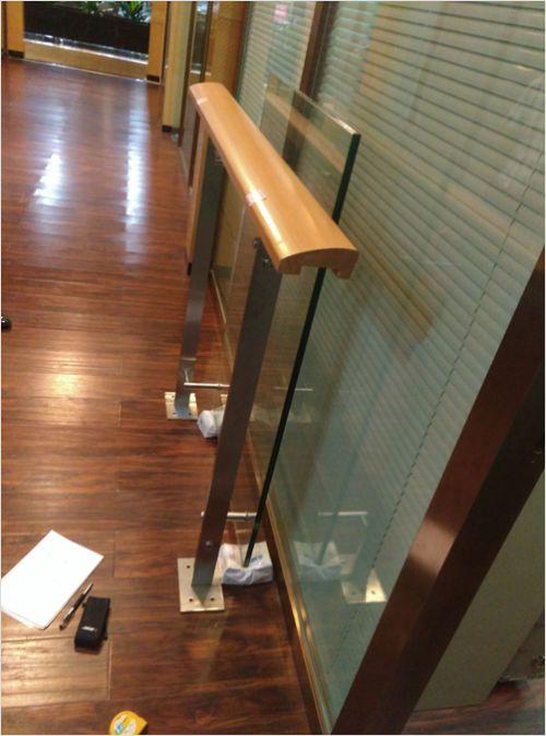 玻璃栏杆木扶手
